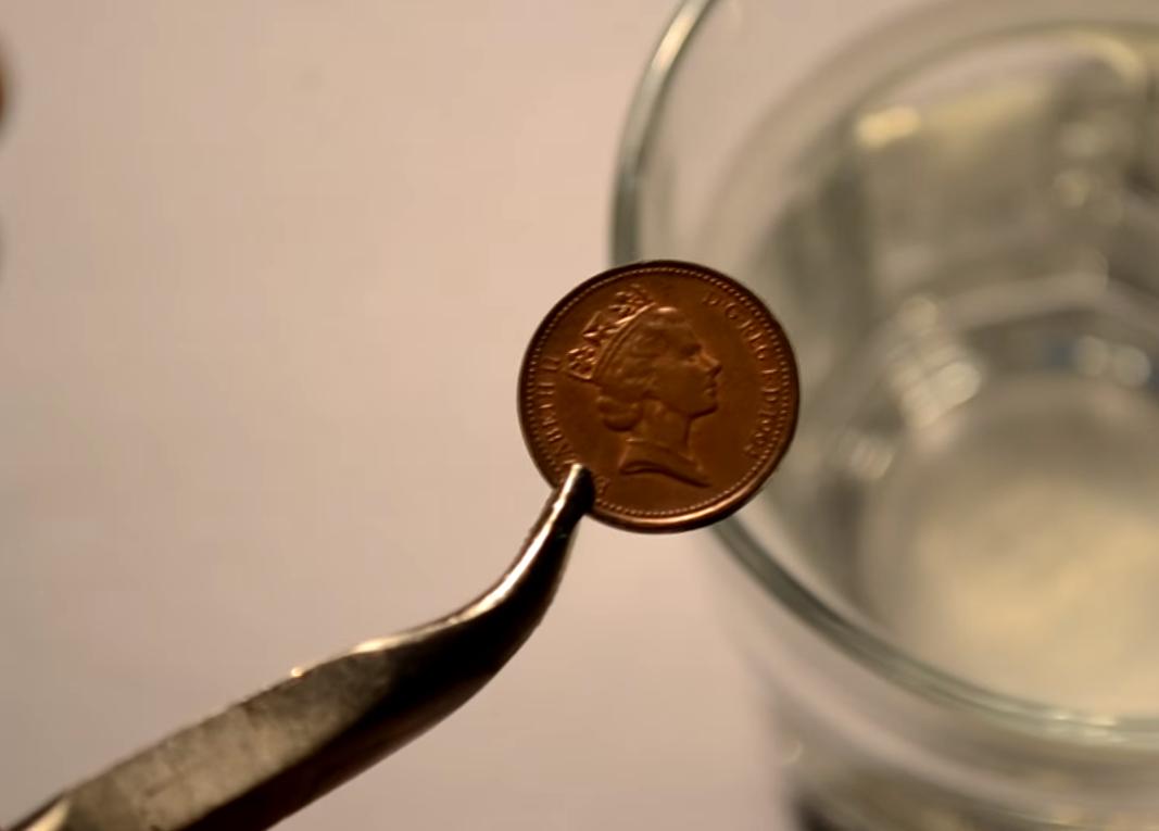 Опускать монетку в высокие температуры нужно плавно.