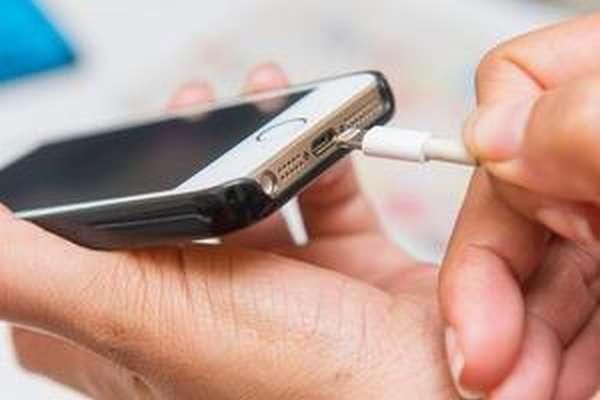 Как зарядить новый телефон