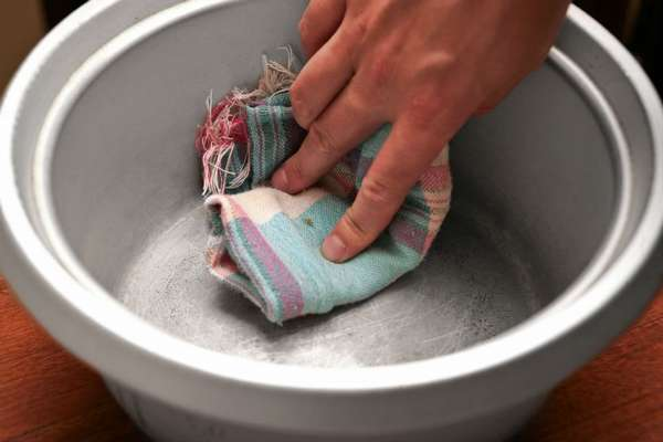 Следуя инструкциям можно будет очистить поверхность обычной траяпочкою.
