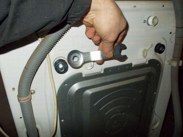 Демонтаж транспортировочных болтов на стиральной машине