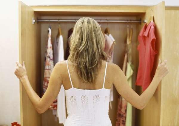 С запахами в шкафу можно бороться собственными силами.