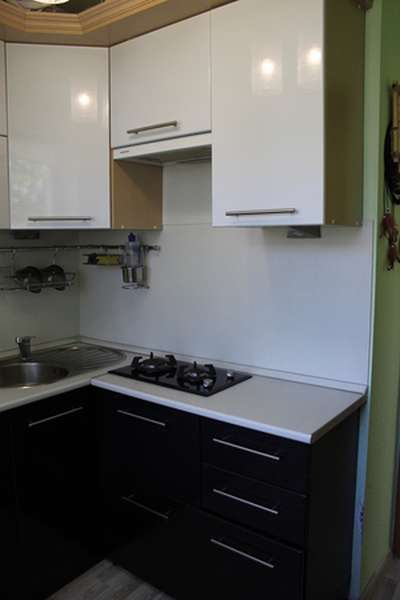 Газовая панель на 2 комфорки в интерьере кухни