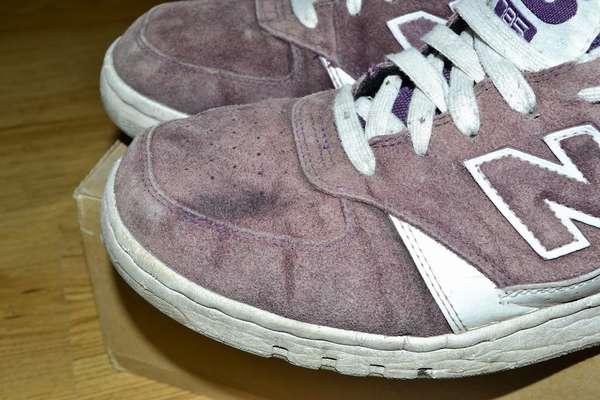 Как постирать замшевые кроссовки в стиральной машине и вручную