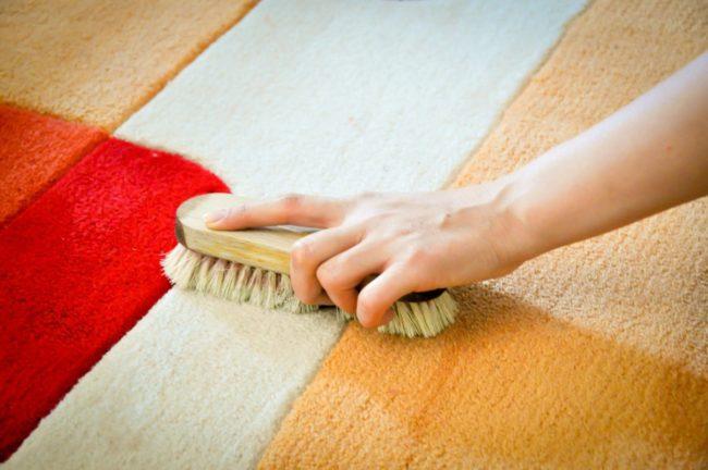 Как очистить ковер от пятен, не снимая с пола своими силами?