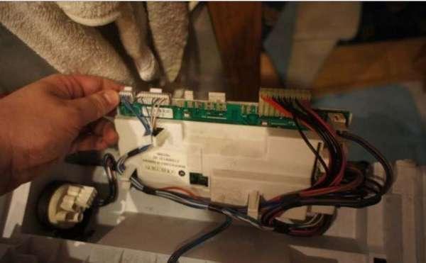 Извлечение модуля управления стиральной машины