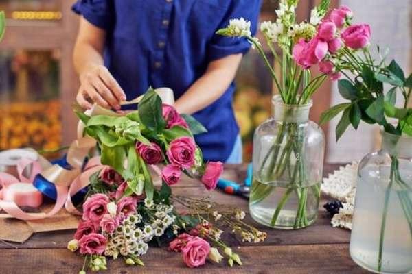 Сохранение свежести цветов в вазе: рекомендации флористов