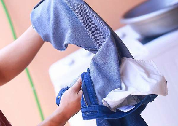 Выворачивание карманов одежды перед стиркой