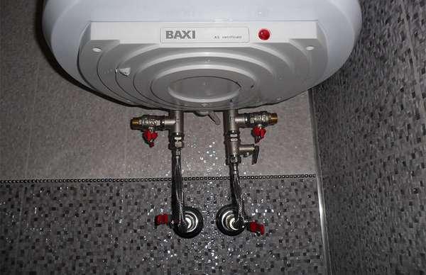 Чтобы не затопить соседей, сливайте воду до начала очистки.