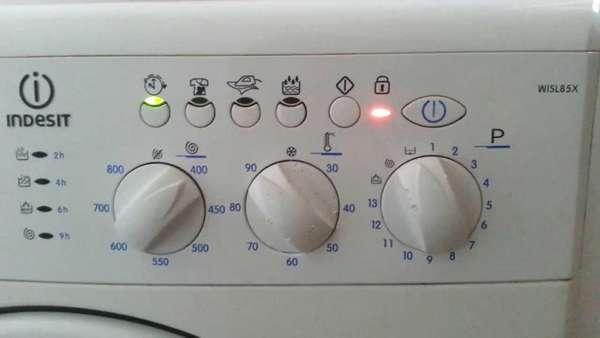 Регулятор температуры и тумблер выбора программы стирки