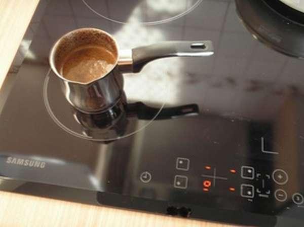 Индукционная плита работает только с посудой, дно которой покрыто толстым слоем ферромагнитного сплава