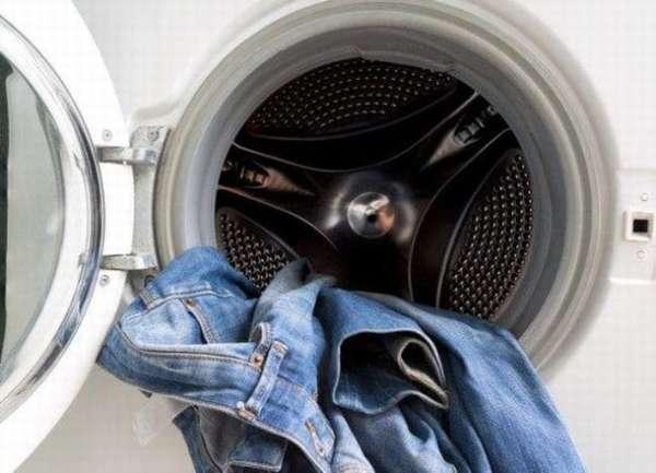 Как постирать новые джинсы, чтобы они не потеряли цвет
