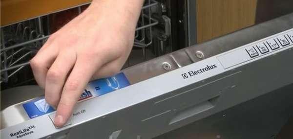 Ошибка I30 в посудомоечной машине Электролюкс