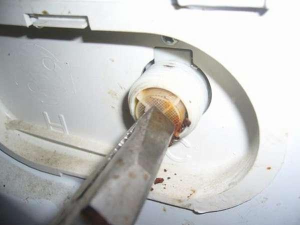 вынуть и промыть сеточку фильтра