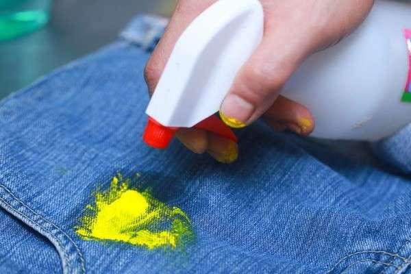 Желтая краска на джинсах.